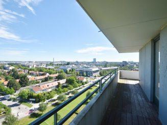 Teilrenovierungsbedürftige 2-Zimmer-Wohnung über den Dächern von München
