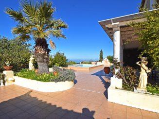 MFH mit einer 8-Zimmer-Wohnung und drei 2-Zimmer-Apartments mit Blick auf den Golf von Zakynthos